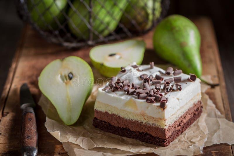 Крупный план сладкого торта груши со свежими фруктами стоковое изображение
