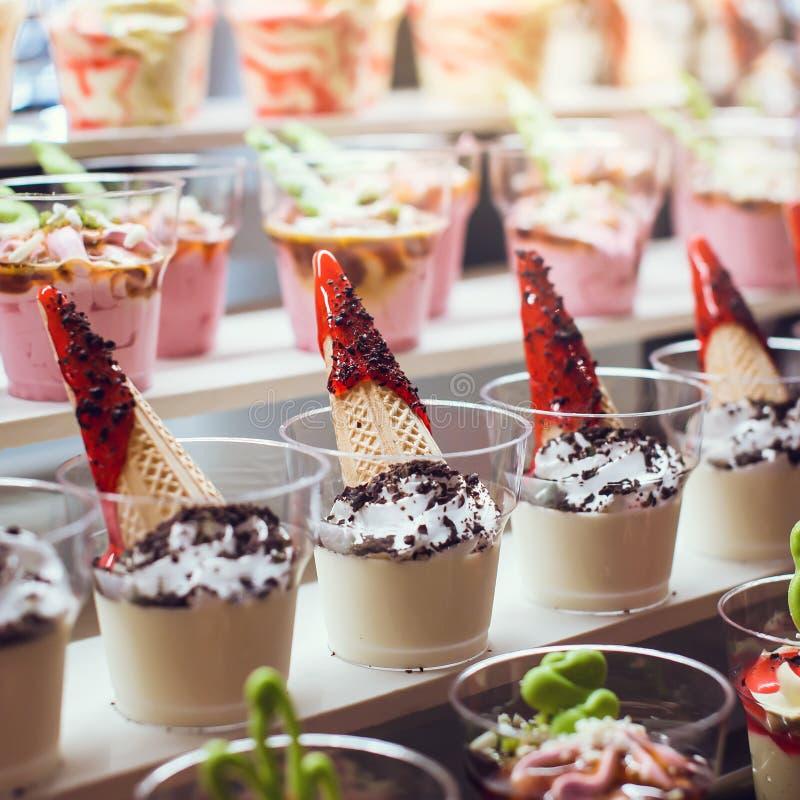 Крупный план сладостного вкусного десерта на современном шведском столе таблицы Тирамису в стекле стоковые изображения rf