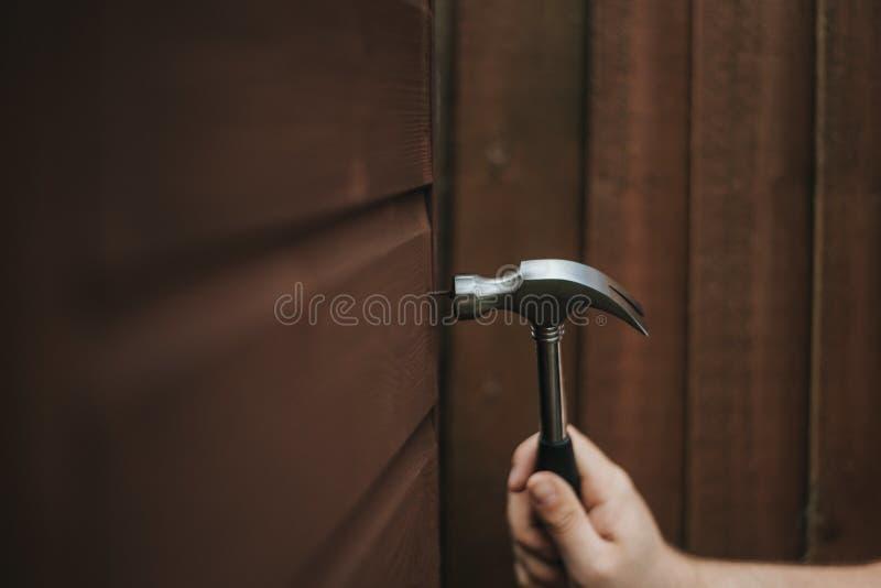 Крупный план снял инструмента молотка на деревянной коричневой предпосылке стоковые фотографии rf
