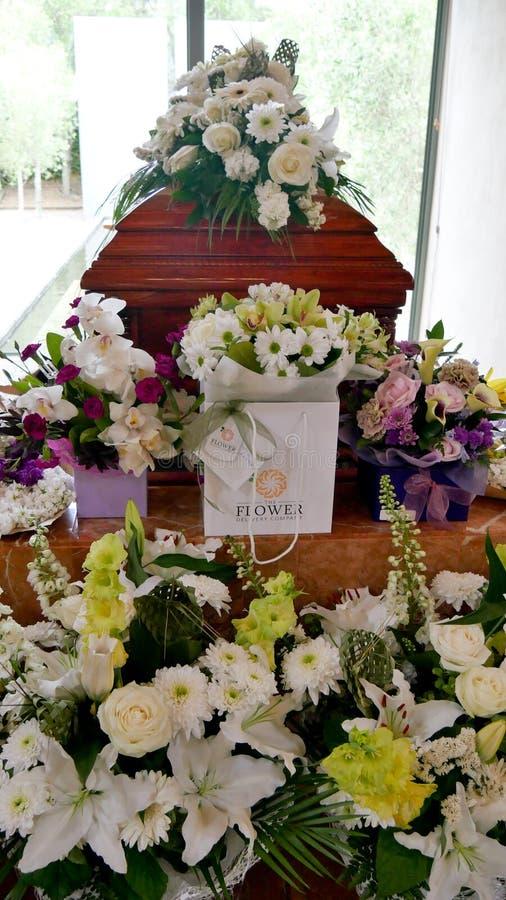 Крупный план снял красочного ларца в дрогах или часовни перед похоронами или захоронением на кладбище стоковое изображение