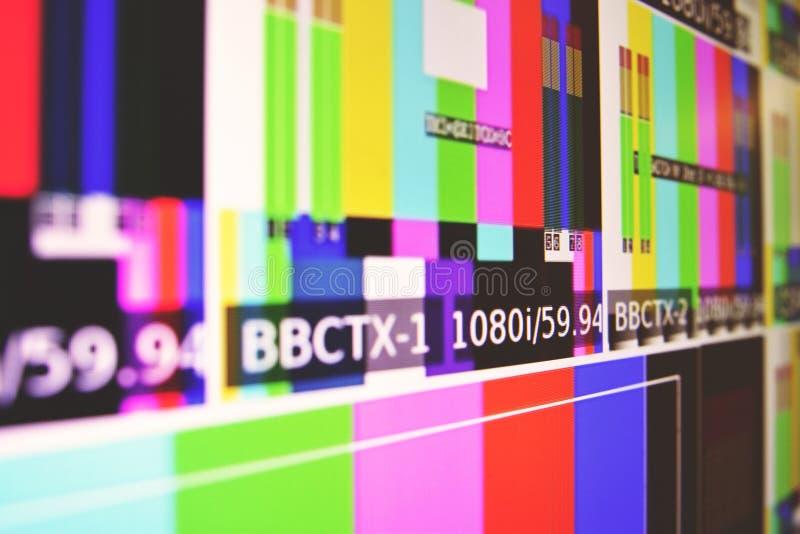 Крупный план снял экрана монитора показывая бары цвета и glitching или прослушивать стоковые фотографии rf