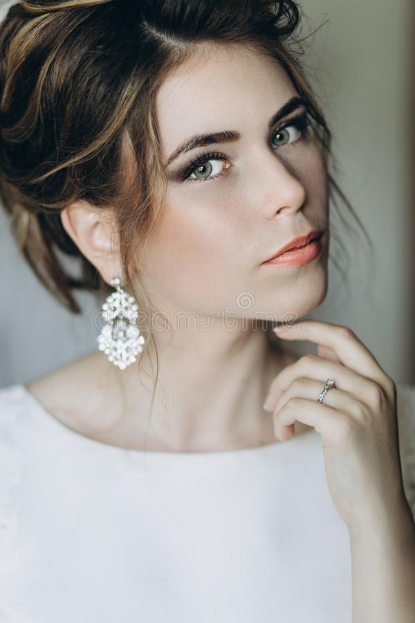 Крупный план снял элегантного, невеста брюнет в винтажных белых dres стоковое изображение rf