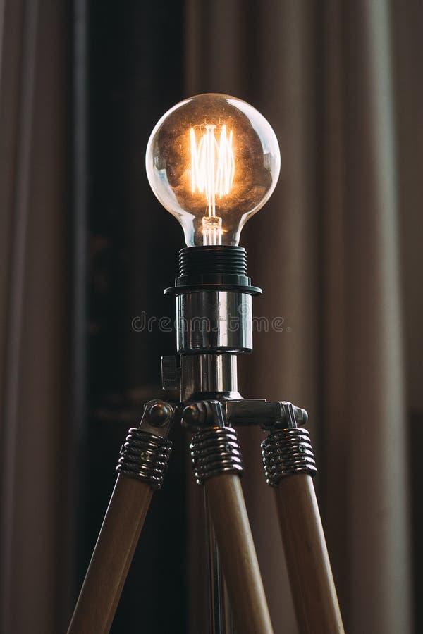 Крупный план снятый высоковольтной лампочки на треноге в студии стоковые изображения