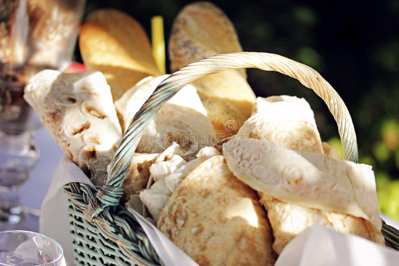Крупный план снятый кренов lavash и французских багетов в корзине стоковое фото rf