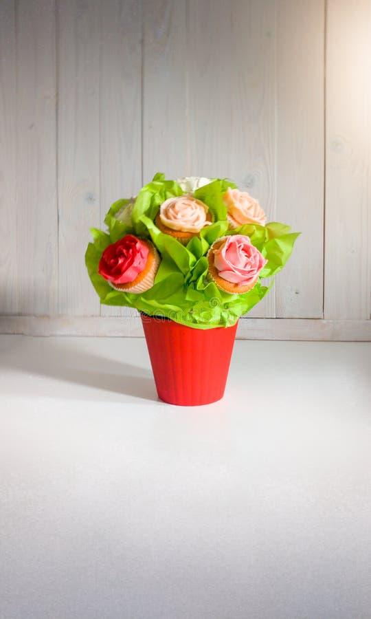 Крупный план снятый цветков в букете сделанном из пирожных и тортов на таблице на кафе или пекарне Красивая съемка помадок и стоковая фотография