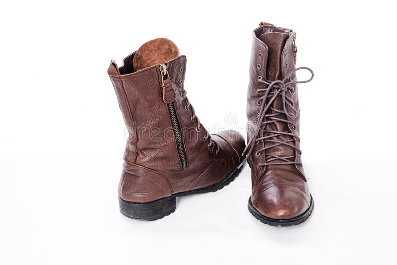 Крупный план совершенно новых модных длинных классических кожаных ботинок стоковое изображение