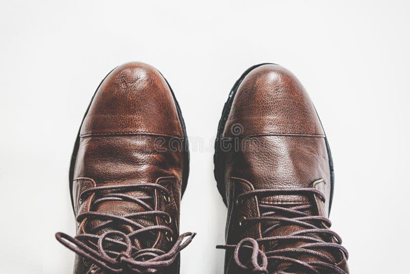 Крупный план совершенно новых модных мужских классических кожаных ботинок стоковые фото