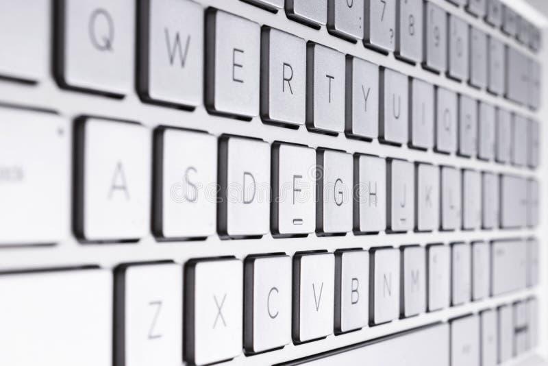 Крупный план современной серебряной клавиатуры ноутбука Клавиатура ноутбука Деталь новой и эргономической клавиатуры компьютера стоковые изображения