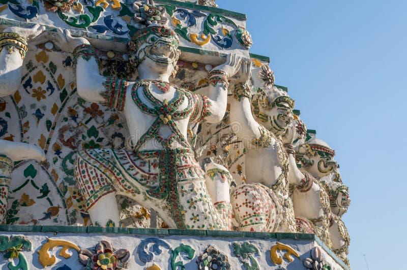 Крупный план статуй ратника высек в камне в Wat Arun стоковое изображение rf