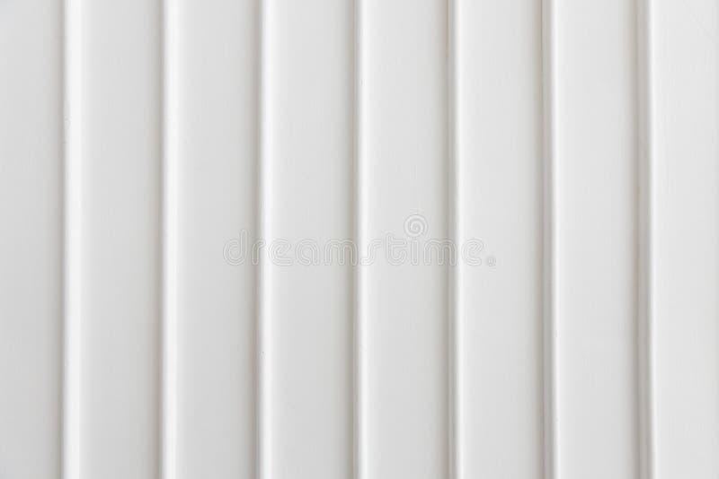 Крупный план стены простоты белой с вертикальной линией текстурой предпосылки панели картины стоковые фото
