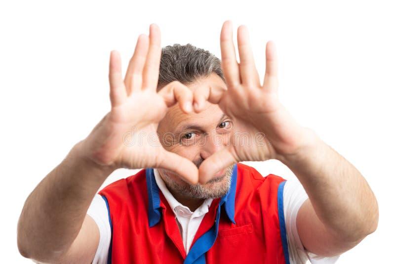 Крупный план стороны заволакивания работника гипермаркета с сердцем стоковые фотографии rf