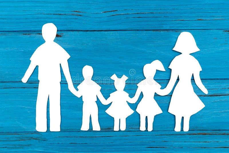 Крупный план счастливой бумажной семьи на голубой предпосылке бесплатная иллюстрация