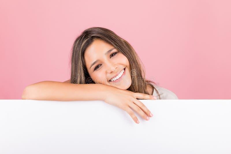 Молодая женщина с доской рекламы стоковые изображения