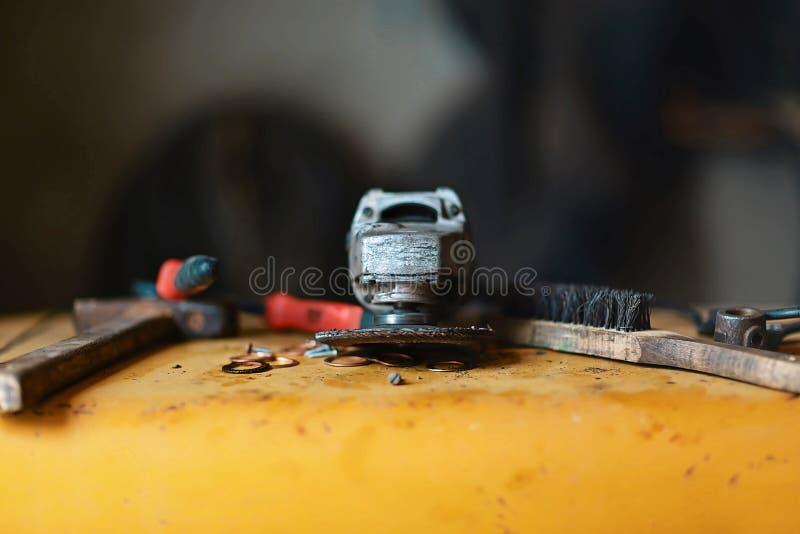 Крупный план точильщик и молоток, жесткая щетка, инструментальный ящик для ремонта стоковое изображение rf