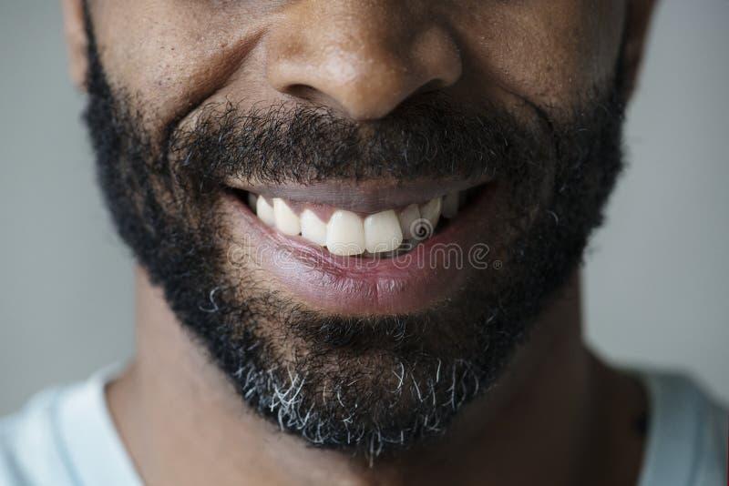 Крупный план усмехаясь зубов чернокожего человека стоковая фотография