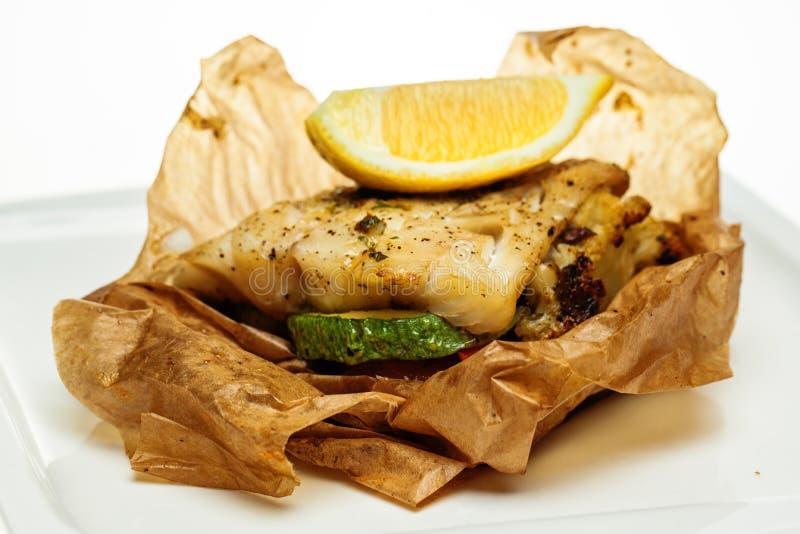 Крупный план филе рыб трески Зажаренные рыбы трески с овощем стоковое фото