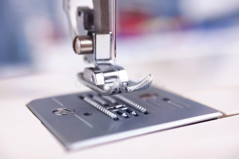 Крупный план фокуса швейной машины на игле стоковые фото