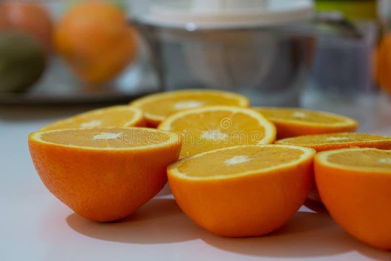 Крупный план фото много чистых органических естественных свежих вкусных зрелых желтых апельсинов подрезывает плод вполне витамина стоковая фотография rf