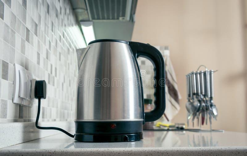 Крупный план чайника в кухне стоковые фото