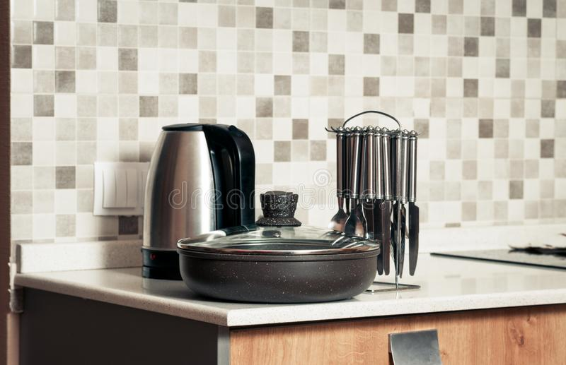 Крупный план чайника и столового прибора стоковое изображение rf