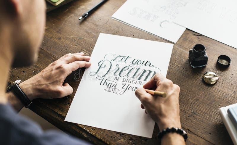 Крупный план человека делая каллиграфическое художественное произведение стоковые изображения rf
