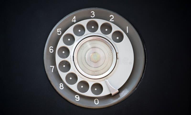Крупный план черного ретро винтажного телефона с роторными номеронабирателем или шкал-пусковой площадкой стоковое фото rf