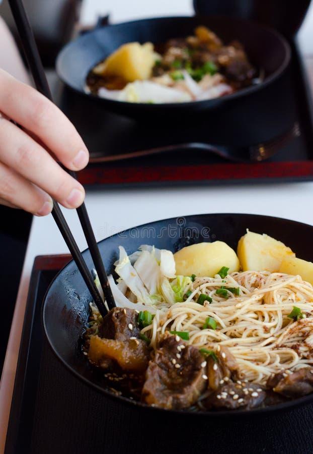 Крупный план шара говядины и овощ шевелят картофель фри стоковое изображение rf