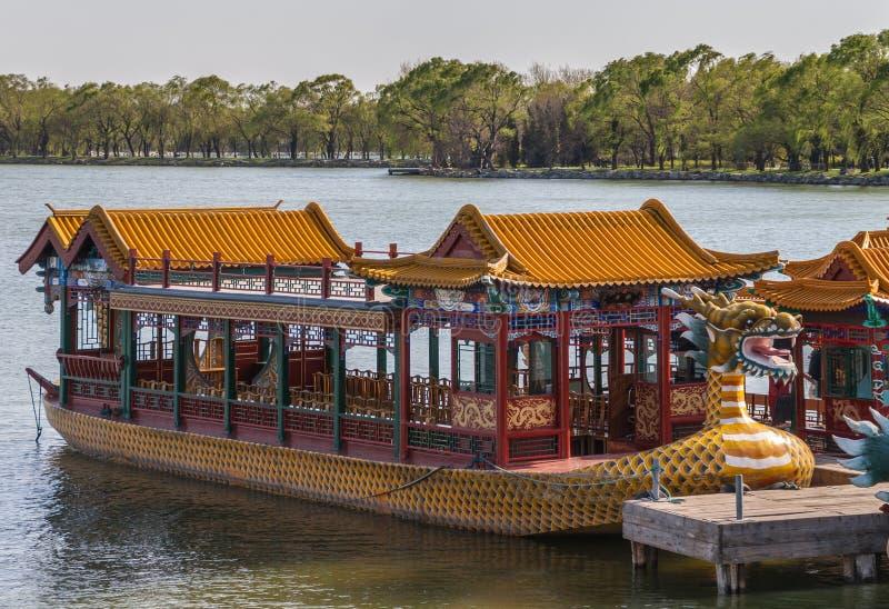 Крупный план шлюпки дракона посетителя на озере на летнем дворце Пекине стоковая фотография
