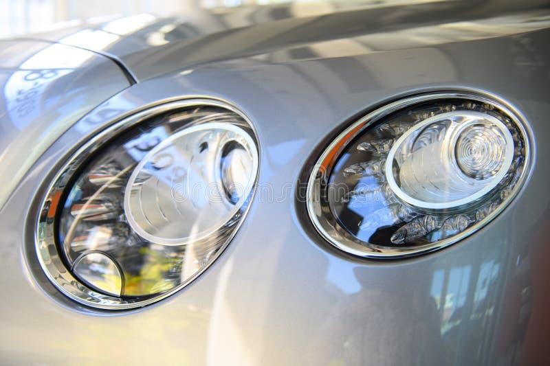 Крупный план элегантного автомобиля фар стоковое фото rf