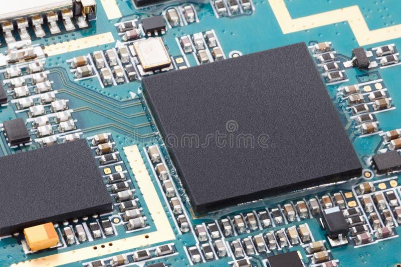 Крупный план электронного компьютера обломока на монтажной плате с предпосылкой C.P.U. процессора стоковое изображение