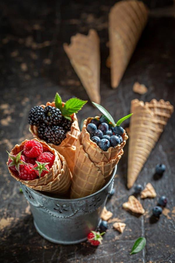 Крупный план ягод в waffels как концепция мороженого стоковые изображения rf