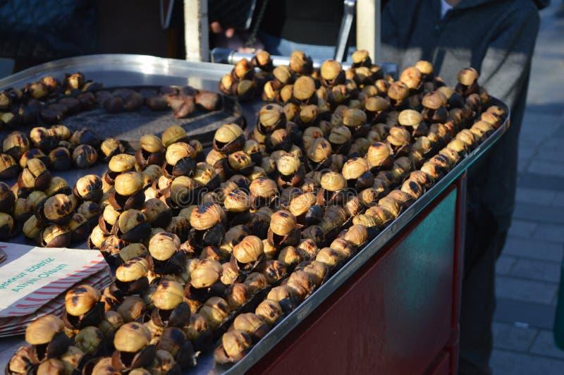Крупный план Chesnuts, зажаренный в духовке поставщик каштана стоковое фото rf