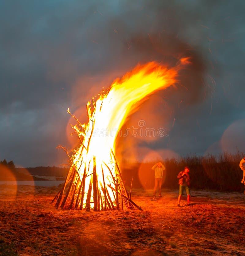 Крупный пожар на береге карьера стоковая фотография rf