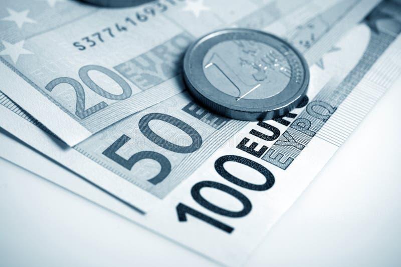 Крупный план банкнот и монеток евро стоковые фотографии rf