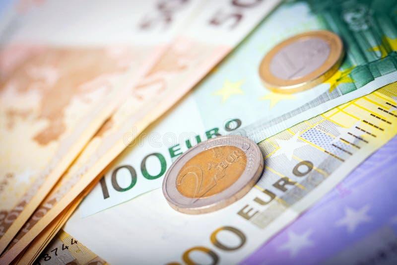 Крупный план банкнот и монеток евро стоковые изображения rf