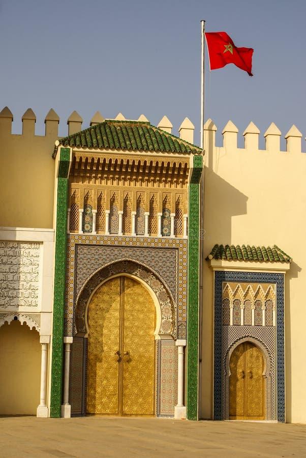 Крупный план 3 богато украшенных дверей латуни и плитки к королевскому дворцу в Fez, стоковое изображение