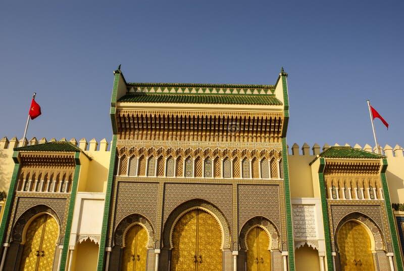 Крупный план 3 богато украшенных дверей латуни и плитки к королевскому дворцу в Fez, стоковое фото