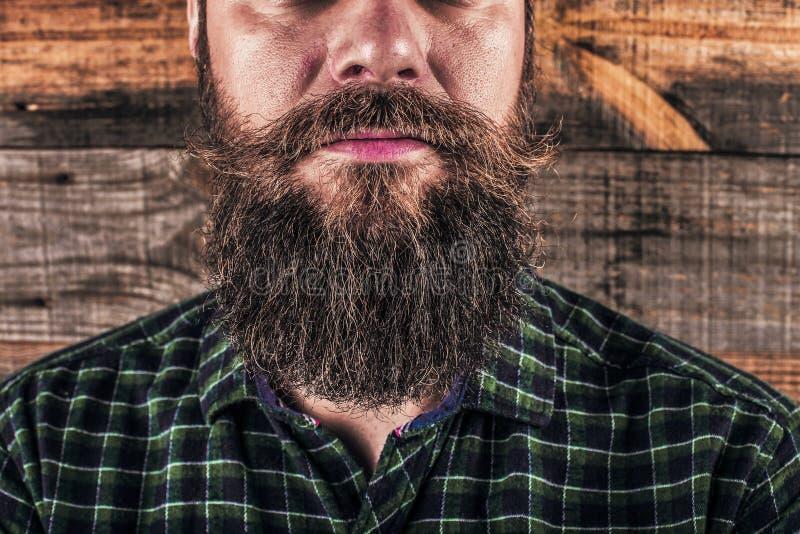 Крупный план бороды человека и усик над деревянной предпосылкой стоковая фотография