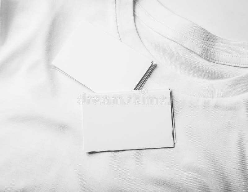 Крупный план визитных карточек пробелов на белой футболке стоковое изображение