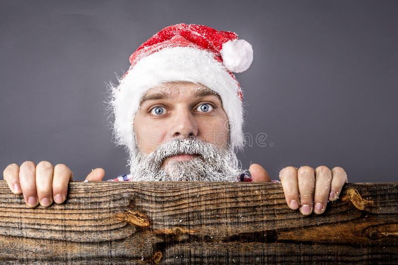Крупный план вспугнутого человека с замороженный носить бороды и усика стоковые фото