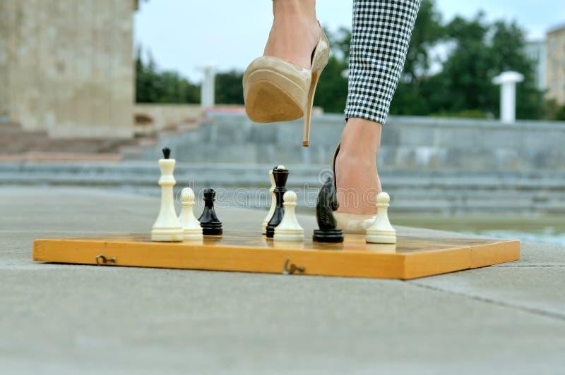 Крупный план девушек ног на доске стоковые фото