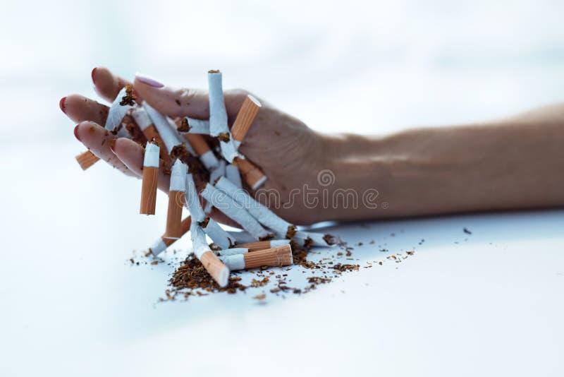 Крупный план женской руки держа сигареты anti прекращенное изображение 3d представленным курить стоковые изображения rf