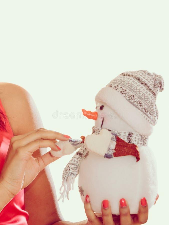 Крупный план женщины с маленьким снеговиком Рождество стоковое фото rf