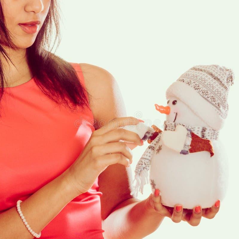Крупный план женщины с маленьким снеговиком Рождество стоковое изображение