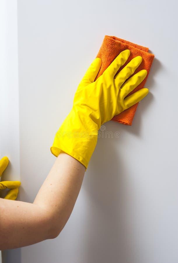 Крупный план желтой перчатки с холодильником чистки ветоши стоковые изображения rf