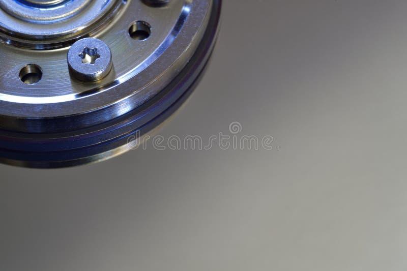 Крупный план жёсткого диска компьютера с эпицентром деятельности шпинделя стоковое фото rf