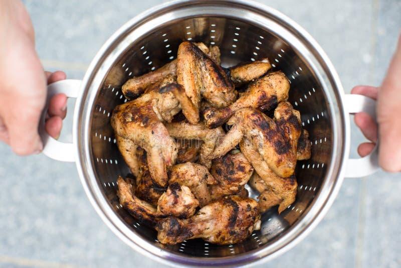 Download Крупный план зажаренного мяса в лоток металла в мужских руках Стоковое Фото - изображение насчитывающей решетка, catering: 40586614