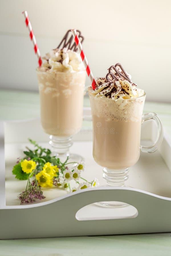 Крупный план замороженного кофе с взбитыми сливк и шоколадом стоковая фотография rf