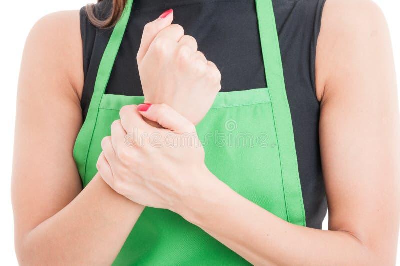 Крупный план запястья руки работника раненого стоковое фото