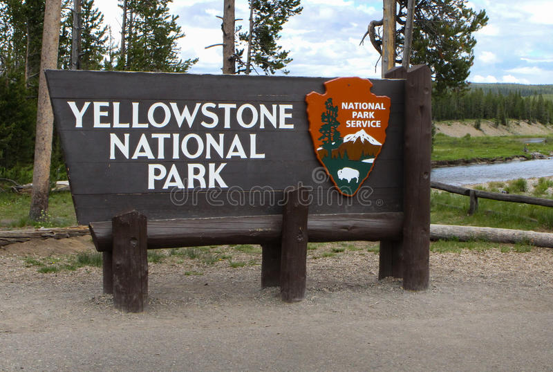 Крупный план знака национального парка Йеллоустона стоковое изображение rf